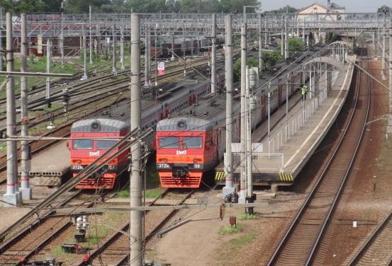 """Электропоезда возле платформ на станции """"Клин"""""""