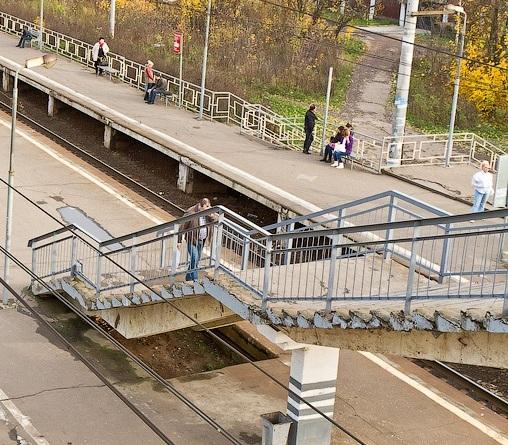 """Лестничный пролёт от пешеходного моста до платформы, на станции """"Никольское"""""""
