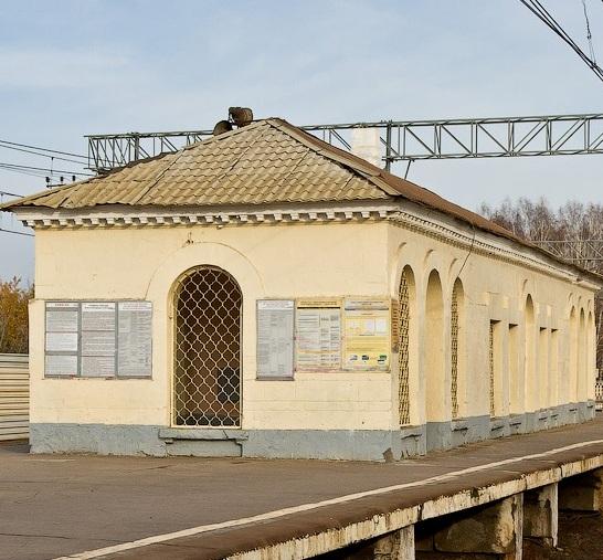 """Постройки на одной из платформ, на станции """"Никольское"""""""