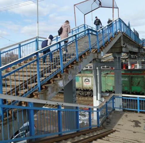 """Пешеходный мост через линии железной дороги на станции """"Нахабино"""""""
