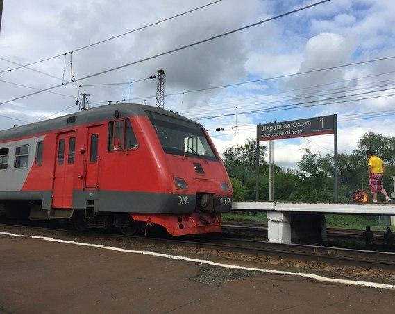 """Электропоезд около платформы """"Шарапова Охота"""""""
