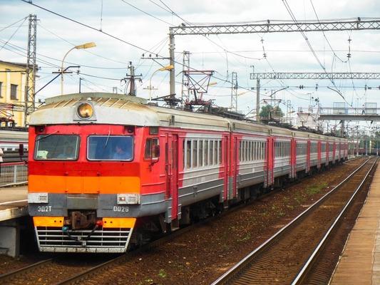 """Электропоезд возле платформы """"Перерва"""""""