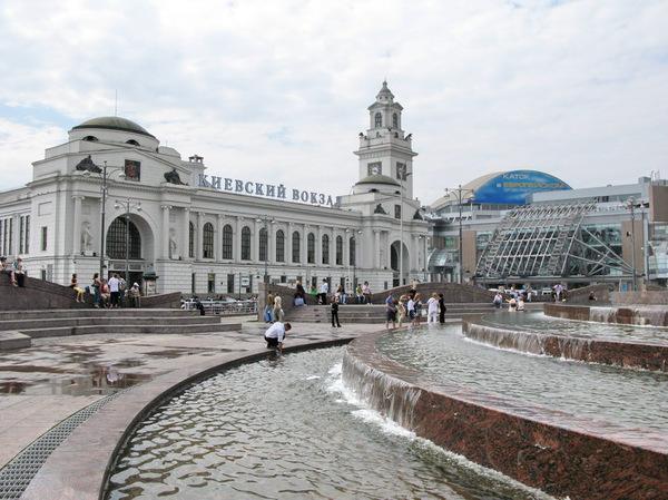 Фонтанная группа перед зданием вокзала