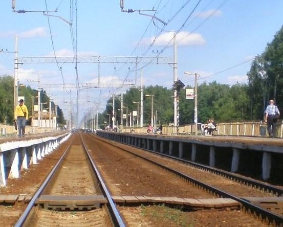 """Линии железной дороги около платформ на станции """"Чёрное"""""""