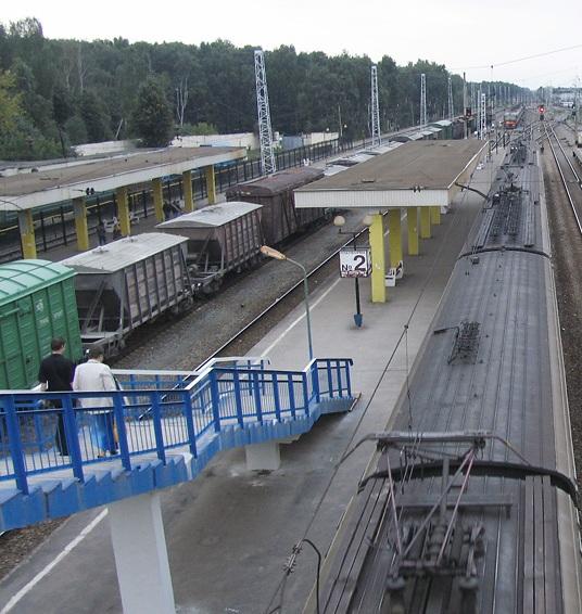 """Пешеходная лестница соединяющая платформу с мостом на станции """"Железнодорожная"""""""